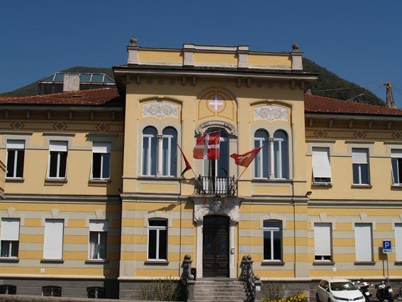 Palazzo comunale Mendrisio con bandiere