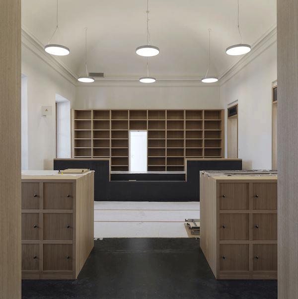 Spazio di ricezione nella nuova biblioteca, in fase di allestimento. Foto: Enrico Cano